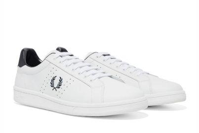 Ténis brancos com detalhe atrás azul escuro e símbolo da marca, 95€ Fred Perry. - Cópia